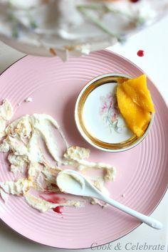 Tort bezowy z kremem migdałowo krówkowym/ mango/ syrop z czarnego bzu