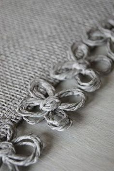 Cute for burlap table runners and placemats & great use for twine flowers. Burlap Projects, Burlap Crafts, Loom Weaving, Hand Weaving, Burlap Lace, Hessian, Swedish Weaving, Burlap Table Runners, Weaving Projects