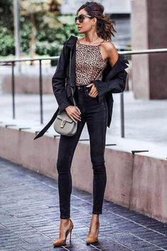 36 Inspiring Summer Jeans Outfit Ideas For Women Style - Picking the correct outfit to wear might be a nightmarish errand. Fortunately, you can never turn out badly with jeans. They come in all kinds of size. Outfit Jeans, Black Ripped Jeans Outfit, Ripped Knee Jeans, Ripped Jeggings, Black Jeans Outfit Summer, Summer Jeans, Black Skinnies, Jean Outfits, Short Outfits