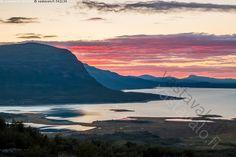 Erämaan auringonlasku - Lappi erämaa Stora Sjöfalletin kansallispuisto järvi…