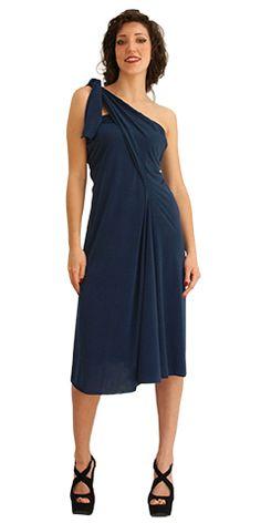 """È un abito che consente decine di trasformazioni. Grazie al tessuto elasticizzato - maglina di viscosa naturale con 5% di elastame - è possibile giocare con collo e maniche per ottenere il """"proprio"""" capo."""