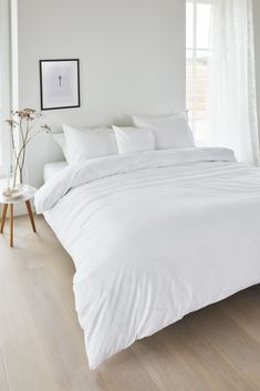 Gorgeously Chic White Bedroom Ideas You'll Adore Choosing the main color for your bedroom decor can be quite confusing. Each of the options has its own characteristic that will determine how your bedroom will look and feel. Room Ideas Bedroom, Home Bedroom, Modern Bedroom, Bedroom Wall, Girls Bedroom, Minimal Bedroom Design, 1920s Bedroom, Zebra Bedrooms, Earthy Bedroom