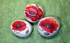 Coquelicots - poppies rocks happy rock, cailloux peints и pe Pebble Painting, Pebble Art, Stone Painting, Happy Rock, Rock Painting Patterns, Rock Painting Designs, Stone Crafts, Rock Crafts, Remembrance Day Art