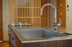 ブラックウォルナットが際立つ、シンプルキッチン。 ブラックウォルナットをランダムな木目を配置することで、モダンな印象になりました。 これから始まる新生活に胸が躍りますね。 【キッチン】 ステンレスワークトップ/バイブレーション仕上げ 面材/ブラックウォルナットランダム 水栓/グローエ・クリンスイF914 食洗機/ミーレG6100sci ガスコンロ/リンナイ デリシア 取っ手/オリジナル アイアン 【バック収納】 ワークトップ/ブラックメラミン 面材/ブラックウォルナットランダム