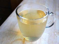 Los een theelepel natuurlijke honing op in een glas water op kamertemperatuur en laat het staan gedurende de nacht. Dit is een 3 procent oplossing van honing, die snel wordt opgenomen door het lich…