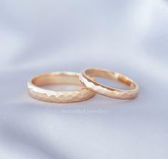 Modern, farklı rose altın geometrik petek desenli alyans. Zarif alyans modeli. Modern hand-crafted rose gold wedding band