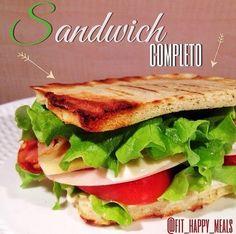 Porque es un pan de sándwich pero hecho con harina de almendras! Tolerado para celiacos, cetónicos y los que no quieren comer hidratos de noche. Yo sólo digo que es rápido y está muy rico! 1 clara 1 cda de queso crema 0% 2 cdas …