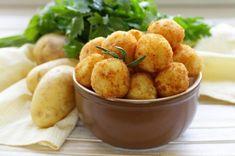 Chifteluțe de cartofi cu usturoi și verdeață. Sunt delicioase, pot fi preparate pentru toate gusturile, coapte sau prăjite • Gustoase.net