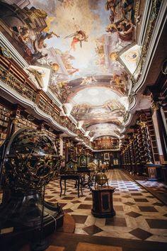 Située dans la Vieille Ville de Prague, le Clementinum (Klementinum entchécoslovaque) abrite l'une des plus grandes et belles bibliothèques au monde qui a traversé les époquesavec ses milliers de livres soigneusement préservés.Splendeur baroque Cet ensemble architectural qui est lors