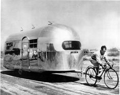 A classic photo! The airstream was the first of the now familiar sausage-shaped, silver aluminum Airstream trailers. Of more than 400 travel trailer builders operating in Airstream was the sole survivor of the Depression. Airstream Bambi, Airstream Vintage, Airstream Caravans, Vintage Travel Trailers, Vintage Campers, Airstream Living, Caravan Vintage, Retro Trailers, Airstream Remodel
