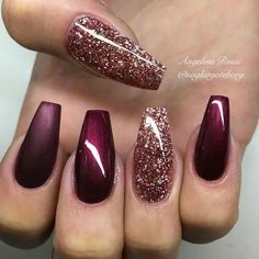 Ballerina Nägel Gel Matt Glitzer Bordeaux Dunkelrot You are in the right place about nails art Here we offer you the most bea Xmas Nails, Holiday Nails, Holiday Acrylic Nails, Fall Gel Nails, Prom Nails, Acrylic Nails Maroon, Dark Nails With Glitter, Red Sparkle Nails, Chistmas Nails