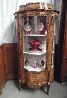 vitrine napoléon III toutes faces galbés , vitres bombées marqueterie de bouquet de fleurs, ornementation bronze . XIX siècle .