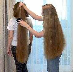 VIDEO - Two sisters with a lot of hair - RealRapunzels Long Hair Play, Very Long Hair, Hip Length Hair, Thick Hips, Two Sisters, Playing With Hair, Good Energy, Beautiful Long Hair, Hair Brush