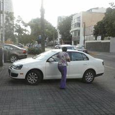 Por la calle López Cotilla casi esquina con Unión, esta mujer dejó estacionado su automóvil en plena banqueta, lo que obstaculiza el paso del peatón y los pone en peligro al tener que bajar al arrollo de la calle. Foto de reportero ciudadano anónimo.