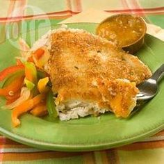 Tilapia in Kokospanade mit Aprikosendip - Tilapia wird in einer scharfen Kokospanade gewendet und dann mit Aprikosendip serviert. @ de.allrecipes.com