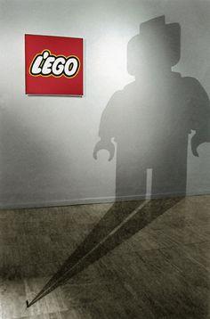 Ivan Puig | l'ego 2000 instalación, logo impreso, pintura y hombrecillo de plomo 5X4X6 m.