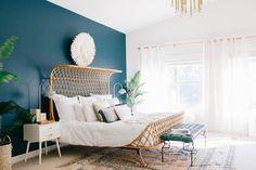 couleur chambre adulte bleu canard avec lit exotique, linge blanc, table de nuit blanche avec tiroirs, tapis oriental, suspension design, plantes vertes