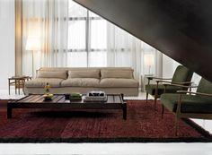 A tutto confort il salotto con divano in pelle di Paola Navone per Baxter, accostato a poltrone di design danese e al tavolino in legno Jacaranda, attribuito a Sergio Rodriguez pioniere del modernismo brasiliano. Tappeto berbero.