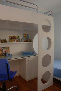 Falta de espaço? Cama em cima, bancada de estudo embaixo e cama auxiliar ao lado embutida em painel de madeira na parede...