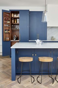 Adorable blue kitchen design ideas 10 rnrnSource by modernhomedecoratingideas Blue Kitchen Cabinets, Kitchen Stools, Kitchen Island, Kitchen Cupboard Handles, Kitchen Appliances, Küchen Design, Layout Design, Design Ideas, Blue Design