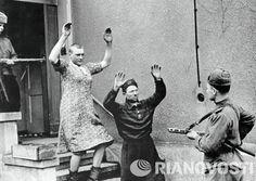 Des nazis déguisés en femmes se constituent prisonniers auprès de soldats soviétiques. Mai 1945. © RIA Novosti. Max Alpert