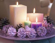 Uma decoração simples mesa para mesa de Natal com velas e cones