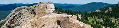Le Crazy Horse Memorial (situé dans les Black Hills, dans le Dakota du Sud ) est un hommage destiné aux tribus Native American (Amérindien) de l'Ouest, représentant le grand guerrier Lakota à cheval et pointant avec puissance au loin.