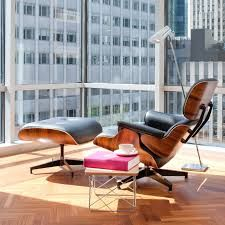 Eames lounge chair and ottoman. Designers: Charles and Ray Eames. Living Room New York, Mid Century Living Room, Living Area, Salon Mid-century, Charles Eames, Eames Chairs, Dining Chairs, Room Chairs, Chairs For Living Room