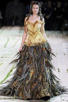 Alexander McQueen High Fashion, Fashion Show, Fashion Design, Crazy Fashion, Avangard Fashion, Tribal Fashion, Fashion Editorials, Paris Fashion, Runway Fashion