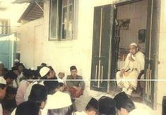 KH. AS'AD SYAMSUL ARIFIN ketika memberkan wawasan (ngaji) kepada para santri di depan rumah beliau