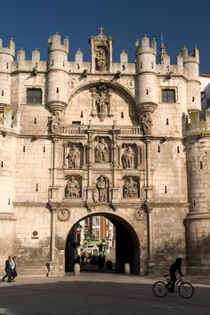El arco de Santa María de Burgos. España Beautiful Places In Spain, Beautiful Sites, South Of Spain, Cities, Spain And Portugal, Spain Travel, Wanderlust Travel, Traveling By Yourself, Cathedral