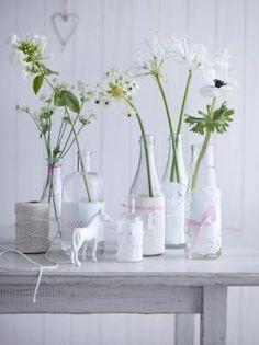 Tischdeko mit Blumen - Frische & farbenprächtige Deko: Flaschen werden zu Vasen | LIVING AT HOME