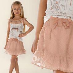 Já escolheram o look para o passeio do final de semana?   Que tal esse look?!  Além de ser um charme, a saia tem novidade, acompanha um shortinho para o conforto das princesas .   Conjunto - tamanhos do 1 ao 4.