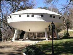 Most Bizarre Houses around the world The Spaceship House, a weird house in Chattanooga (TN, USA). I've seen this one several times.The Spaceship House, a weird house in Chattanooga (TN, USA). I've seen this one several times. Crazy Home, Modernisme, Unusual Buildings, Unique House Design, Unusual Homes, Strange Places, Unique Architecture, Classical Architecture, Sustainable Architecture
