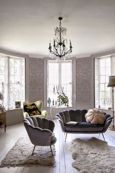 This home is a blend of vintage meets rock 'n' roll – with a dash of granny chic thrown in. Chintz, neon lighting and statement art pieces. Elegant Living Room, Living Room Grey, Living Room Modern, Living Room Chairs, Home Living Room, Living Room Decor, Room Wallpaper, Wallpaper Ideas, Wallpaper Designs