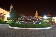 Zacatlán es un ciudad muy interesante. La ciudad tiene un gran reloj floral, uno de los principales atractivos turísticos. Mide cinco metros de diámetro. Zacatlán es un lugar de edificios históricos, leyendas, y historia rico y fascinante.