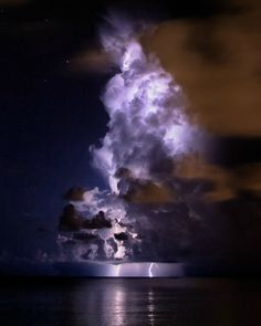 Alucinante rayo atravesando una nube en el mar.