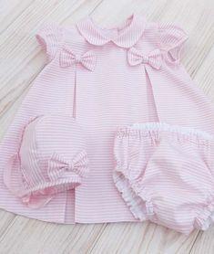 #Vestido #cubrepañal y #capota confeccionados en #pique de rayas rosa y blanco Baby Dress Design, Baby Girl Dress Patterns, Frocks For Girls, Little Girl Dresses, Dress Girl, Baby Girl Fashion, Kids Fashion, Baby News, Vintage Baby Dresses