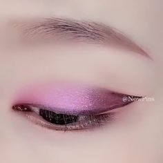 How to apply purple eye shadow Purple Eye Makeup Apply Eye Purple shadow auftragen schmale lippen Purple Eye Makeup, Purple Eyeshadow, Makeup For Brown Eyes, Eyeshadow Makeup, Face Makeup, Eyebrow Makeup, Contouring Makeup, Korean Eye Makeup, Asian Makeup