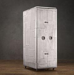"""Wer nur wenig Raum in der Wohnung für seinen Computer-Platz hat, der kann sich diesen mobilen Alu-Schrank zulegen. Der """"Blackhawk Secretary Trunk"""" ist handgefertigt, besteht aus Hartholz und ist außen mit Aluminium umgeben. Wie ein Kleiderschrank oder Tres"""