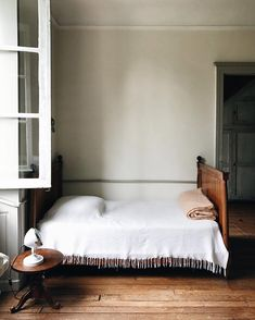 Home Interior Design .Home Interior Design Home Decor Styles, Cheap Home Decor, Home Decor Accessories, Traditional Style Homes, Traditional Bedroom, Modern Traditional, Traditional Kitchens, Vintage Bed Frame, Ideas Hogar