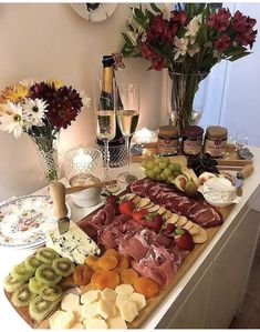 The video consists of 23 Christmas craft ideas. Charcuterie And Cheese Board, Charcuterie Platter, Cheese Boards, Party Food Platters, Cheese Platters, Good Food, Yummy Food, Cheese Party, Party Buffet