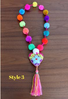 Multicolored pom poms necklace with felted heart por ChiapasbyJUBEL Diy Craft Projects, Diy And Crafts, Tie Dye Crafts, Wool Dolls, Pom Pom Crafts, Kids Jewelry, Fabric Jewelry, Artisanal, Crochet