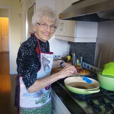 My mom, Helen McKinney's Canadian Prairie Homemade Cinnamon Buns are famous in our family, our neighbourhood and home town: step by step images. Donut Recipes, Pastry Recipes, Cooking Recipes, Cinnamon Bun Recipe, Cinnamon Rolls, Bread Machine Rolls, Bread Rolls, Beignets, Baking Buns