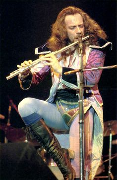 Ian Anderson of Jethro Tull! A breed of badass no longer made. Yep, was a Tull fan! Rock And Roll, Rock N Roll Music, Jethro Tull, New Wave, Progressive Rock, Rock Legends, Music Icon, 60s Music, Shows