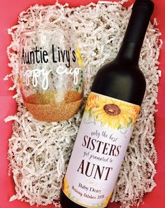 Pregnancy reveal for sister. How to tell your sister you're pregnant! Tell her she's going to be an aunt with a hand-painted wine glass and cute wine bottle label. Cute Baby Announcements, Cute Pregnancy Announcement, Pregnancy Photos, Baby Announcement To Parents, Pregnancy Timeline, Pregnancy Dress, Pregnancy Journal, Pregnancy Belly, Pregnancy Labor