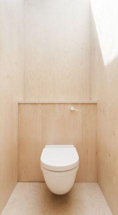 Plywood House / Simon Astridge - built in shelf about the toilet Plywood House, Plywood Walls, Plywood Furniture, Modern Furniture, Plywood Shelves, Plywood Kitchen, Furniture Design, Bathroom Toilets, Small Bathroom