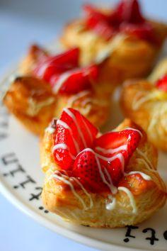 Helpotj a nopeat, mansikkaiset pikawienerit voitaikinasta Something Sweet, French Toast, Food And Drink, Strawberry, Fruit, Eat, Breakfast, Desserts, Recipes