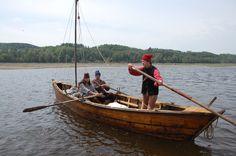 Les batteaux de la Nouvelle-France sont des embarcations à fond plat longues de 7 à 11m construites à franc-bord, propulsées à la voile et à l'aviron (sail and oar). Elles servent aux voyageurs et aux militaires des XVII et XVIIIè siècles pour se déplacer et transporter des marchandises sur le fleuve Saint Laurent et ses affluents, ainsi que sur  sur les lacs Ontario et Champlain. Pour la conception de sa réplique, Billy Rioux a bénéficié des conseils de l'archéologue Charles Dagneau.