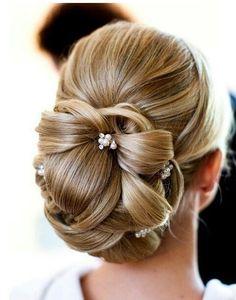 Un chignon classique - New Hair Styles Hairdo Wedding, Elegant Wedding Hair, Wedding Hair And Makeup, Bridal Hair, Hair Makeup, Wedding Nails, Wedding Simple, Gold Wedding, Trendy Wedding
